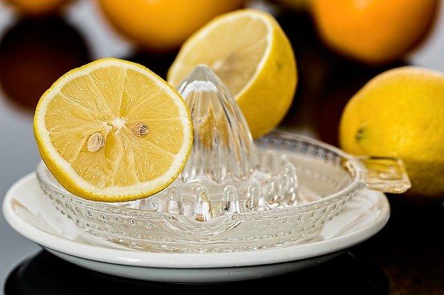 kolczyki z cyrkoniami czyszczenie sok z cytryny