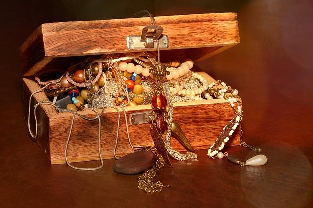szkatułka z drewna na biżuterię